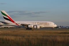 Airbus A380-800 εμιράτων που μετακινείται με ταξί στο διάδρομο, άποψη κινηματογραφήσεων σε πρώτο πλάνο στοκ εικόνες με δικαίωμα ελεύθερης χρήσης