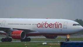 Airbus A330 να μετακινηθεί με ταξί του Βερολίνου αέρα απόθεμα βίντεο