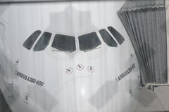 Airbus A380 που ελλιμενίζεται στον αερολιμένα του Ντουμπάι Στοκ εικόνα με δικαίωμα ελεύθερης χρήσης