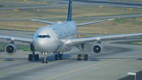 Airbus 340 που μετακινείται με ταξί μετά από να προσγειωθεί απόθεμα βίντεο