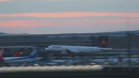 Airbus 321 που πλησιάζει και που προσγειώνεται απόθεμα βίντεο