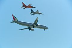 Airbus συνοδειών A321 και F-16 Στοκ Φωτογραφίες