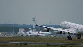 Airbus A340 της προσγείωσης στολών συμμαχίας αστεριών της Lufthansa απόθεμα βίντεο
