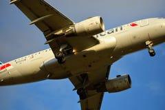 Airbus 319 της American Airlines που μπαίνει για μια προσγείωση στοκ εικόνα με δικαίωμα ελεύθερης χρήσης