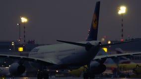 Airbus A330-343 της Lufthansa που μετακινείται με ταξί στα ξημερώματα φιλμ μικρού μήκους