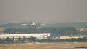 Airbus A330 της Lufthansa που προσγειώνεται: τρέχοντας σκιά απόθεμα βίντεο