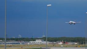 Airbus 321 της Lufthansa που προσγειώνεται φιλμ μικρού μήκους