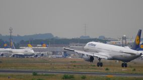 Airbus 321 της Lufthansa που προσγειώνεται απόθεμα βίντεο