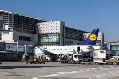 Airbus A319-100 της Lufthansa στον αερολιμένα της Φρανκφούρτης Στοκ εικόνες με δικαίωμα ελεύθερης χρήσης