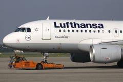 Airbus A319-100 της Lufthansa στο pushback στοκ εικόνες
