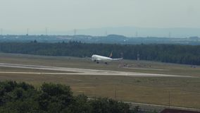 Airbus της Lufthansa ` s A321 που προσγειώνεται στον αερολιμένα της Φρανκφούρτης Αμ Μάιν απόθεμα βίντεο