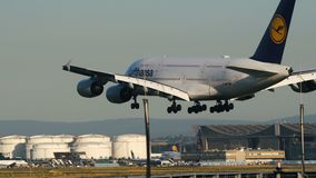 Airbus A380-800 των αερογραμμών της Lufthansa που πλησιάζει στον αερολιμένα της Φρανκφούρτης Αμ Μάιν φιλμ μικρού μήκους