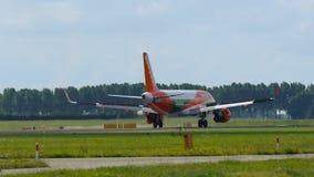 Airbus A320 των εύκολων αεριωθούμενων αερογραμμών με να μετακινηθεί με ταξί στολών Europcar απόθεμα βίντεο