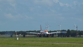 Airbus A320 των εύκολων αεριωθούμενων αερογραμμών με την προσγείωση στολών Europcar απόθεμα βίντεο