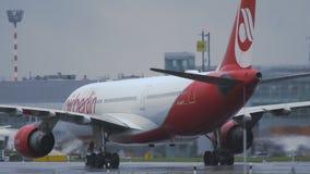 Airbus A330 των κινήσεων του Βερολίνου αέρα προς το τερματικό φιλμ μικρού μήκους