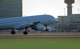 Airbus A-320 aircraft landing in Vancouver Royalty Free Stock Photos