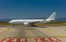 Airbus A 330 está descolando Foto de Stock