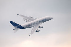 Airbus A-380 en vuelo Imágenes de archivo libres de regalías