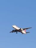 Μεγάλο airbus αεροσκαφών επιβατών A320, οι εναέριοι διάδρομοι του Κατάρ αερογραμμών Στοκ φωτογραφία με δικαίωμα ελεύθερης χρήσης