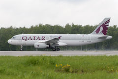Απογείωση airbus αερογραμμών του Κατάρ A320 Στοκ Φωτογραφίες