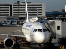Airbus A318 F-GUGE no aeroporto de Charles de Gaulle Foto de Stock