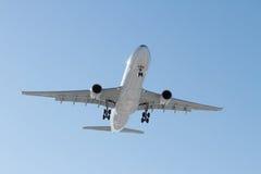 Airbus A330-300 à l'approche finale Image stock