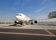 Airbus a330 no aeroporto de Dubai Fotos de Stock Royalty Free