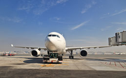 Airbus a330 no aeroporto de Dubai Imagens de Stock