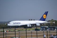 Airbus A380 en Budapest Imagenes de archivo