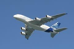 Airbus A380 en el aire. Fotografía de archivo