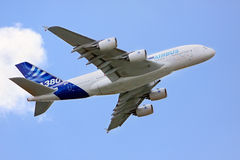Airbus A380 nel cielo Immagini Stock