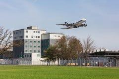 Airbus A380 acima da prisão do aeroporto de Zurique Imagem de Stock