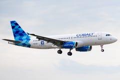 Airbus A320-232 - 3259, actuado por el aterrizaje del aire del cobalto fotografía de archivo libre de regalías