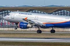Airbus a320 Aeroflot, aeroporto Pulkovo, Rússia St Petersburg maio de 2017 Imagem de Stock Royalty Free