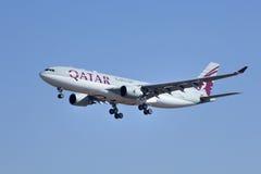 Airbus A330-202, A7-AFL da aterrissagem de Qatar Airways no Pequim, China Imagens de Stock Royalty Free
