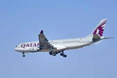 Airbus A330-202, A7-AFL de l'atterrissage de Qatar Airways dans Pékin, Chine Photos libres de droits