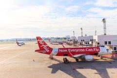 Airbus A320-200 Air Asia tailandês conectou a jetway em Don Muang dentro Imagens de Stock