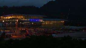 Airbus 320 AirAsia που μετακινείται με ταξί πριν από την αναχώρηση τη νύχτα απόθεμα βίντεο