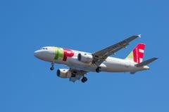 Airbus approche l'aéroport de Funchal chez la Madère, Portugal Photo libre de droits
