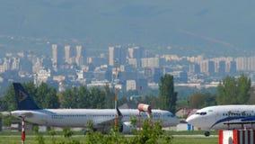 Airbus A321 Astana αέρα που μετακινείται με ταξί μετά από να προσγειωθεί απόθεμα βίντεο