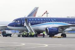 Airbus A320 Azerbaijan Airlines auf dem Schutzblech von Domodedovo-Flughafen Lizenzfreie Stockfotos