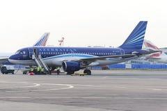 Airbus A320 Azerbaijan Airlines en el delantal del aeropuerto de Domodedovo fotografía de archivo libre de regalías