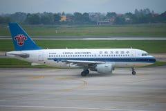 Airbus A319 B-6209 Chine du sud avant de voler tôt le matin L'aéroport Noi Bai Hanoï, Vietnam Photo libre de droits