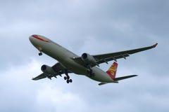 Airbus A330-343 (B-6527) - Hainan Airlines está voando no céu nebuloso Imagem de Stock Royalty Free