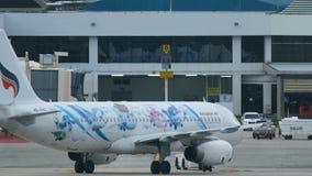 Airbus A320 bewegt sich durch Schleppseilmaschine stock video