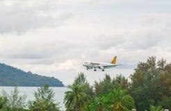 Airbus 320 che atterra a Phuket Fotografie Stock Libere da Diritti