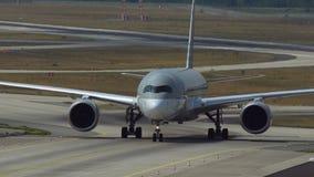 Airbus A350 che rulla dopo avuto arrivato archivi video