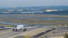 Airbus A320 conduce en pista de rodaje en el aeropuerto de Francfort metrajes
