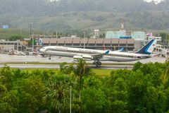 Airbus 340 débarquant à Phuket images stock