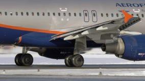 Airbus A320 d'Aeroflot roulant au sol sur la piste, vue d'hiver banque de vidéos